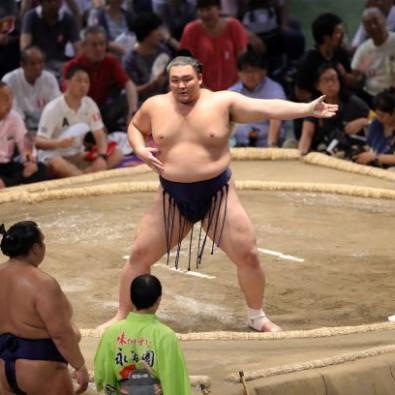 向正面から観戦する大相撲名古屋場所と、元大関 琴光喜に会える特別昼食のバスツアーメインイメージ